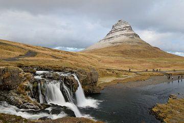 Waterval bij Kirkjufell, IJsland van Floris Hieselaar