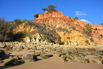 Bunte Felsen am Strand Portugiesisch Algarve von My Footprints
