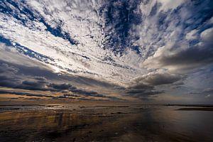Wolkenhimmel über der Küste von Julianadorp