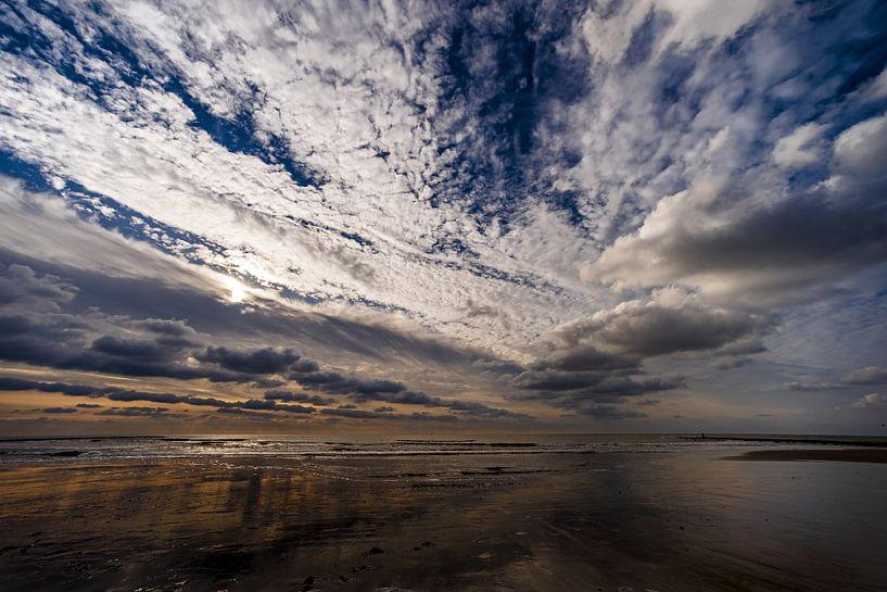Wolkenhimmel über der Küste von Julianadorp von Stephan Zaun
