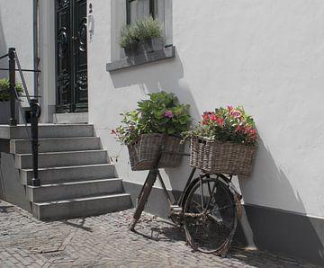 Stadtansicht des alten Fahrrades mit Blumen (Niederlande) von Birgitte Bergman