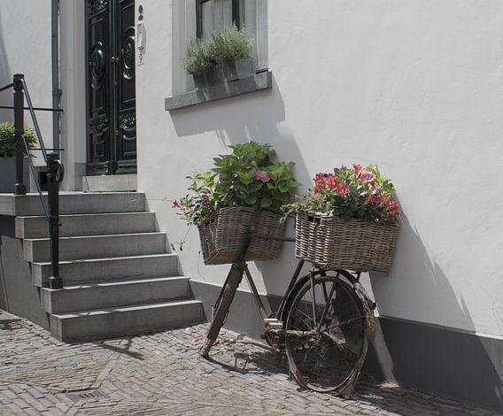 Stadsbeeld van oude fiets met bloemen (Nederland) van Birgitte Bergman