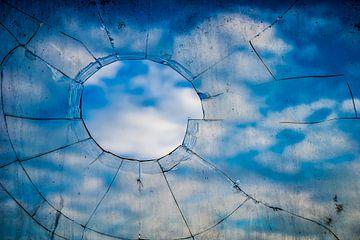 Kapot raam van Fred Leeflang