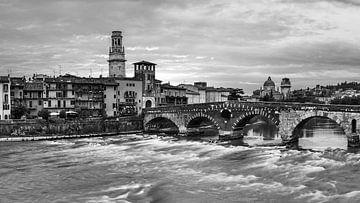 Ponte Pietra Brug, Verona, Italië van Henk Meijer Photography