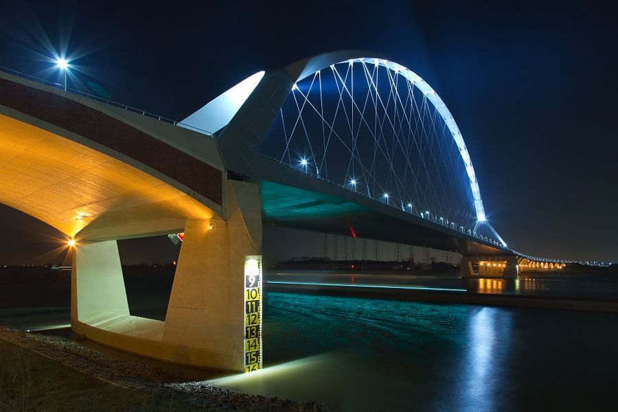 De Oversteek verlicht te Nijmegen van Anton de Zeeuw