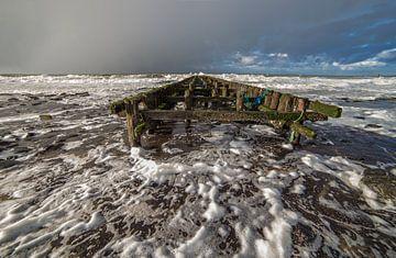 Golven aan de kust tijdens een winterse bui van Marcel Klootwijk