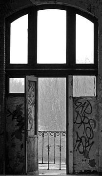 Door oude deuren van Ursula Cocheret de la Morinière