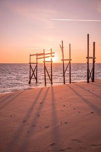 Gerüstbau am Strand von De Cocksdorp von Marleen Kuijpers