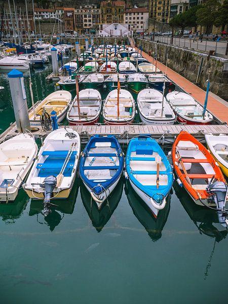 Hafen in Irun mit farbigen Booten von Martijn Tilroe