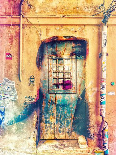 Blue eyes inside the old door van Gabi Hampe