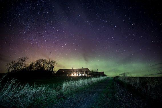 Noorderlicht bij boerderij in Denemarken van Leon Weggelaar