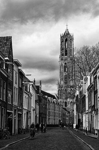 De Utrechtse Dom gezien vanuit de Lange Nieuwstraat in zwart-wit van