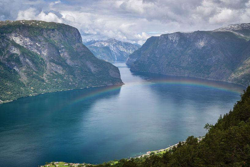 Regenboog  op water van Marjo Kusters