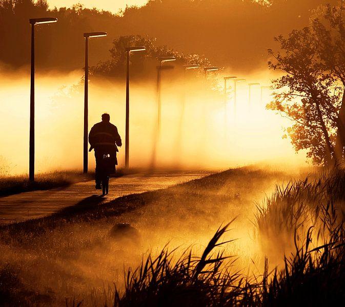 fietser in de mist  van Dirk van Egmond
