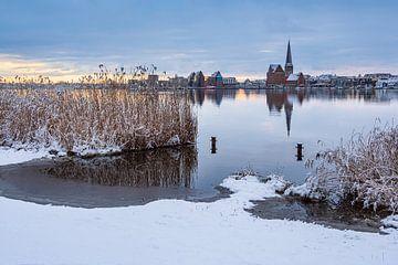 Vue sur la ville hanséatique de Rostock en hiver, de l'autre côté de la Warnow.