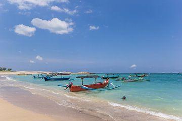 Vissersbootjes aan het strand van Kuta op Bali van Marc Venema
