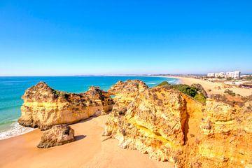 Felsen und Ozean bei Alvor in der Algarve Portugal von Nisangha Masselink