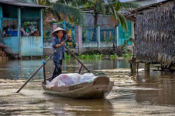 Vietnamese vrouw op de drijvende markt van Richard van der Woude