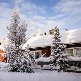 Cabin in Fins Lapland in een dik pak sneeuw van Maria-Maaike Dijkstra