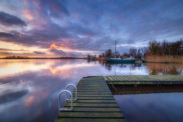 Un magnifique coucher de soleil sur le Leekstermeer à Groningen. La surface lisse de l'eau donne un  sur Bas Meelker