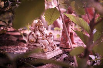 olifantenbeeldje bij beeldenkerkhof India van Karel Ham