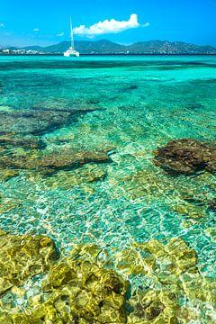 Prachtig transparant helder zeewater aan de kust van Cala Millor op het eiland Mallorca, Spanje van Alex Winter