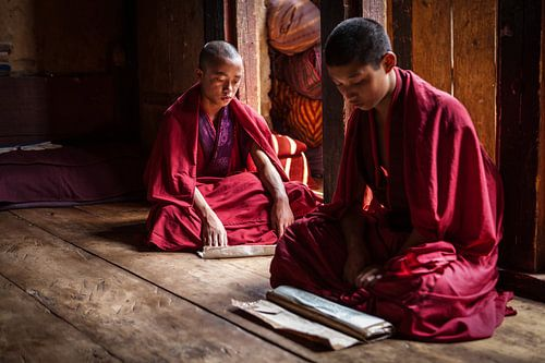 Jonge monniken in gebed ruimte in Dzong van Trongsa Bhutan. Wout Kok One2expose