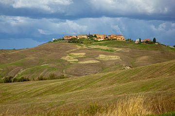 Stadt auf einem Hügel in der Toskana , Italien von Discover Dutch Nature