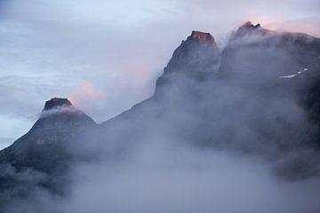 Neblige Landschaft in den Bergen Norwegens von Karijn Seldam
