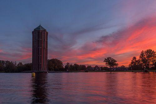 Watertoren in Aalsmeer tijdens de zonsopkomst. van