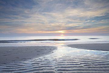 Droogvallende zandbank tijdens zonsondergang op het strand van Julianadorp (3) van Gerben van Dijk