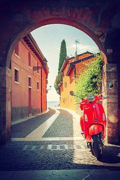 Vespa in een Italiaanse poort