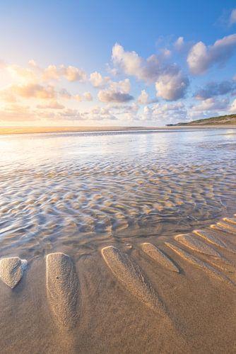 Het strand bij Hargen aan Zee bij laag water met een mooie zonsondergang. Het heldere licht geeft de