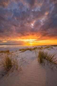 Een prachtige zonsondergang op het strand bij Westerschouwen op Schouwen Duivenland in Zeeland. Het  van Bas Meelker