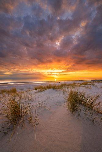 Een prachtige zonsondergang op het strand bij Westerschouwen op Schouwen Duivenland in Zeeland. Het