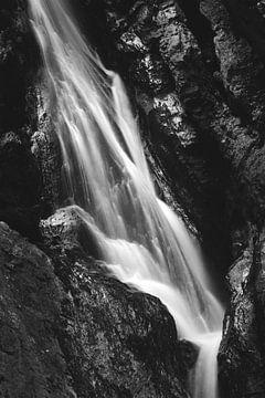 Schwarzweißer Wasserfall in der Höllenschlucht, Slowenien von Patrik Lovrin