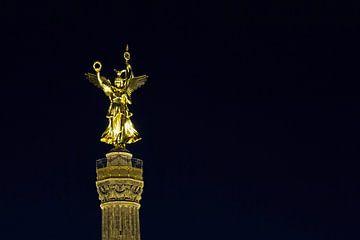 La sculpture sur la Siegessäule de Berlin la nuit
