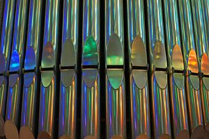 Kleurrijke reflectie op orgelpijpen in de Kathedraal Sagrada Familia in Barcelona. van