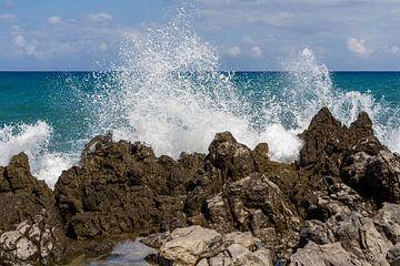 Brekende golven tegen de rotsen van Sicilië. van