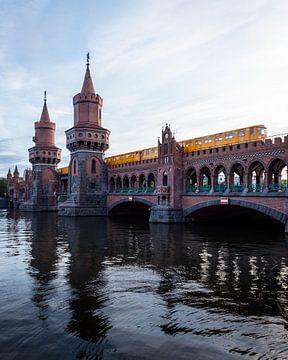 Gele metro rijdt over de Oberbaumbrücke in Berlijn van OCEANVOLTA