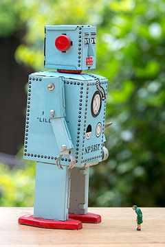 Oudere passant met robot van