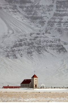Kerkje aan de zuidkust in IJsland van Michelle Peeters
