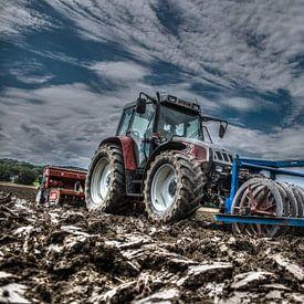 Traktor am Feld von Hermann Kollinger