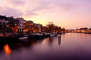 Stadtbild von Amsterdam bei Sonnenuntergang in den Niederlanden von Nisangha Masselink