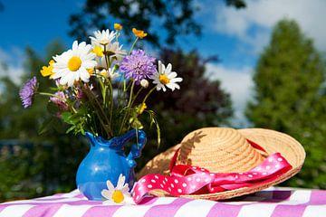 Fleurs sauvages et chapeau d'été sur Ivonne Wierink