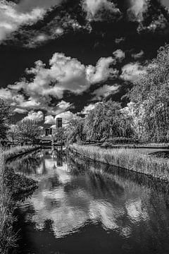 De Potmarge in Leeuwarden met de skyline op de achtergrond von Harrie Muis