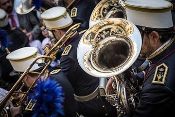 Trompetist in muziekcorps tijdens processie van de semana santa in Sevilla Spanje. Wout Kok One2expo van Wout Kok
