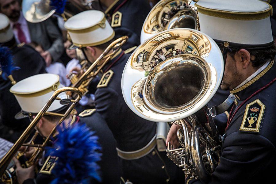 Trompetist in muziekcorps tijdens processie van de semana santa in Sevilla Spanje. Wout Kok One2expo
