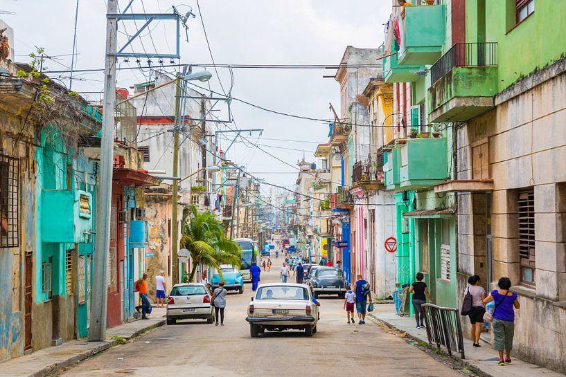 Een oneindig en kleurrijke zijstraat in Havana - Cuba van Michiel Ton