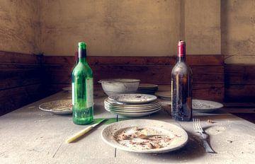 Teller auf dem Tisch. von Roman Robroek